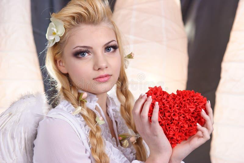 Anjo novo da menina da beleza que prende o coração imagem de stock royalty free