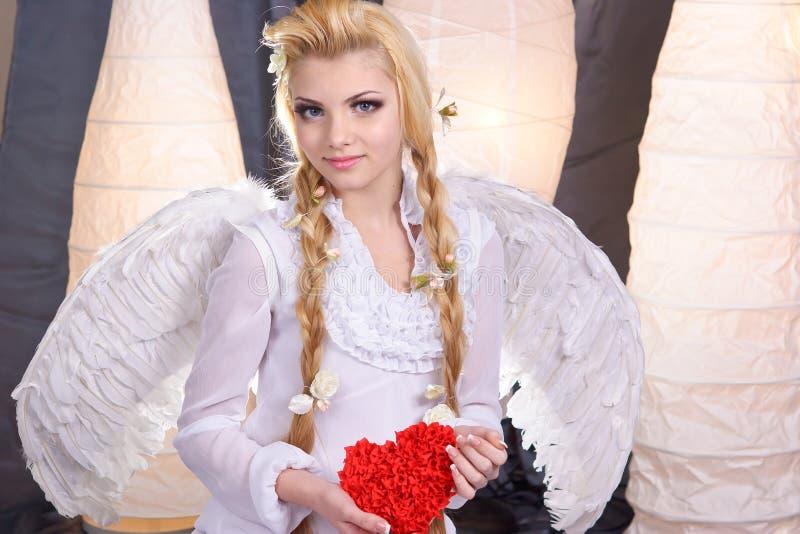 Anjo novo da menina da beleza que prende o coração fotos de stock royalty free