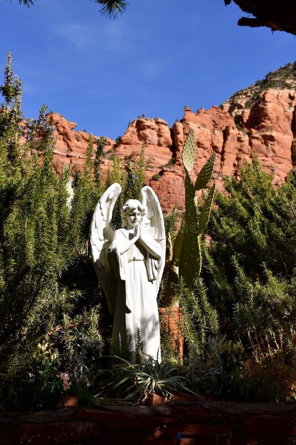 Anjo por montanhas vermelhas da rocha de Sedona e da capela transversal santamente fotos de stock