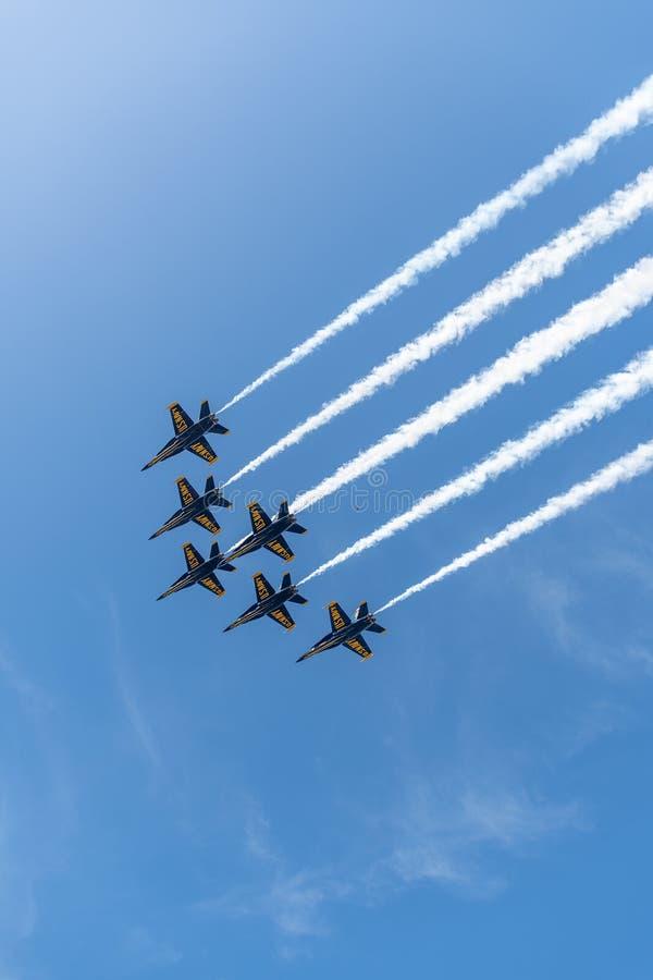 Anjos azuis de US Navy na forma??o pronta para executar uma demonstra??o a?rea imagem de stock