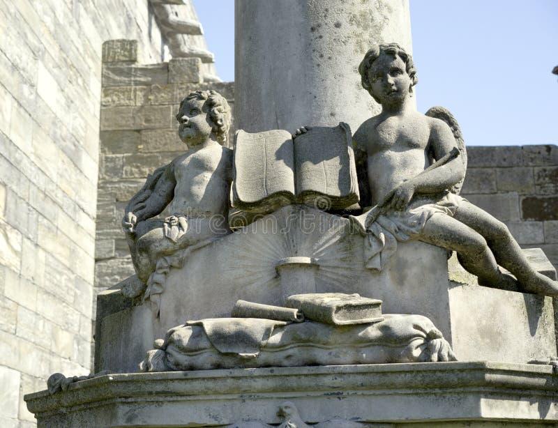 Anjos do querubim com livro sagrado imagem de stock royalty free