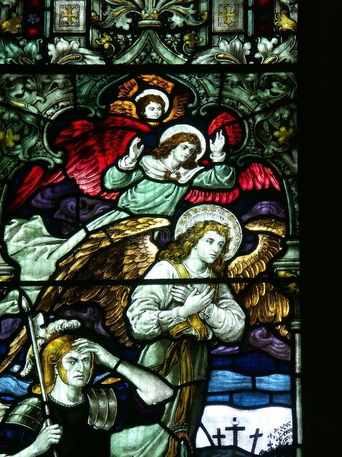 Anjos e soldado romano no indicador de vidro manchado fotos de stock