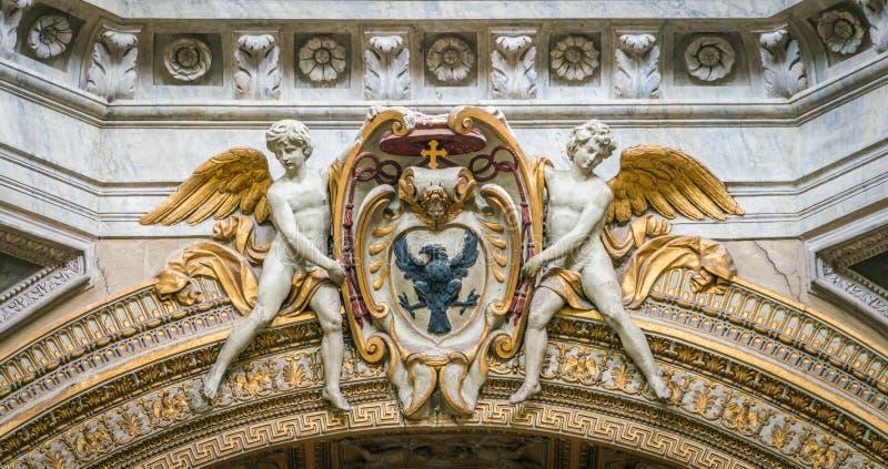 Anjos que apoiam uma brasão do bispo, na basílica de Santa Maria del Popolo em Roma, Itália fotografia de stock royalty free