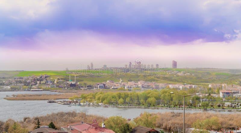 Ankara/die T?rkei 28. April 2019; Ein Park nahe See Mogan mit Golbasi-Stadt stockbilder