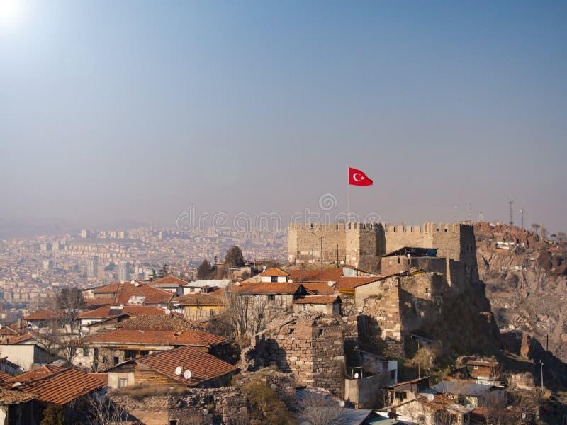 Ankara slott och turkisk flagga arkivfoto