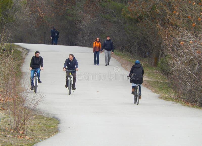 Ankara, styczeń 30 2018: Ludzie chodzi i jechać na rowerze obrazy stock