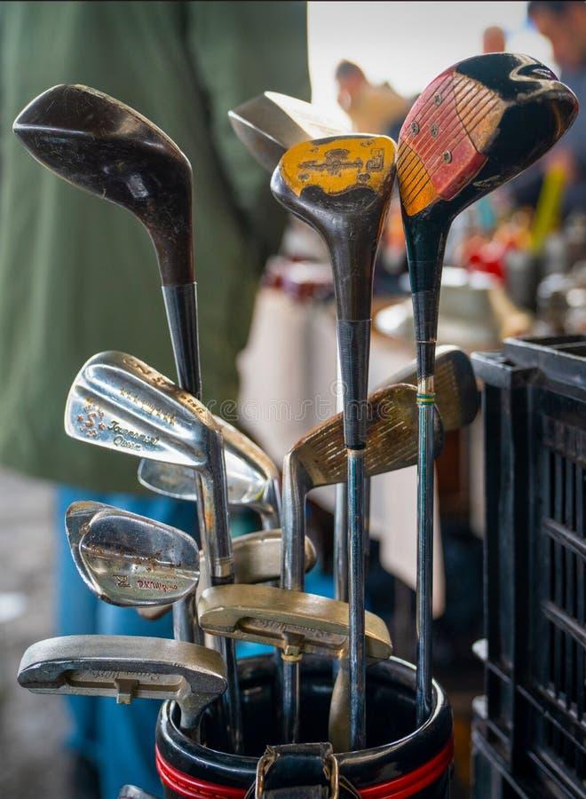 Ankara, Turcja-luty 2 2020 r.: Stare kluby golfowe sprzedawane na rynku antycznym, selektywna koncentracja zdjęcie stock