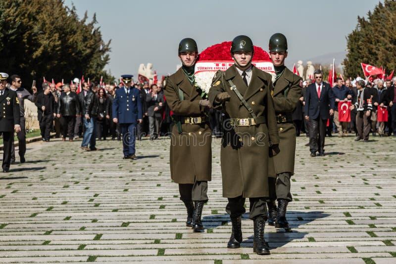 ANKARA TURCJA, MAR, - 15, 2014: Zaszczytów strażnicy Niosą wianki Ataturk ` s mauzoleum fotografia royalty free