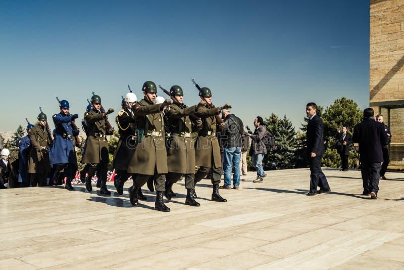 ANKARA TURCJA, MAR, - 15, 2014: Zaszczytów strażnicy Niosą wianki Ataturk ` s mauzoleum obraz stock