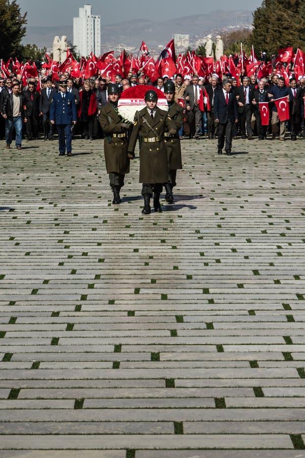 ANKARA TURCJA, MAR, - 15, 2014: Zaszczytów strażnicy Niosą wianki Ataturk ` s mauzoleum obrazy stock