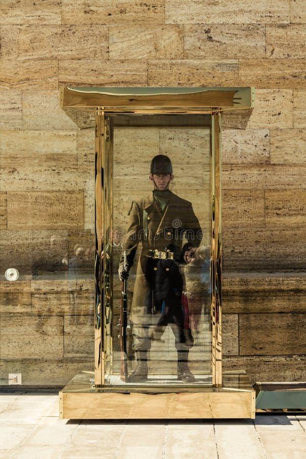ANKARA TURCJA, MARZEC, - 15, 2014: Turecki wojskowy chroni na obowiązku punkcie przy Anitkabir, mauzoleum obraz stock