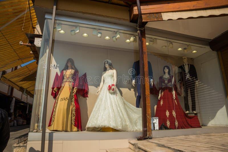 Ankara, Turcja Sprzedaż kobiety, ślubne suknie i mężczyzna odzież storefront zdjęcia stock