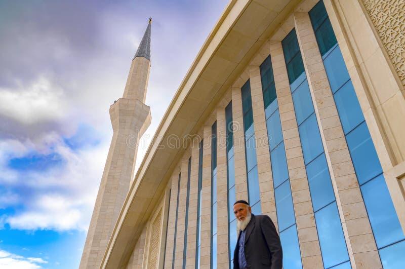 Ankara, Turcja, Styczeń/- 27 2019: Ahmet Hamdi Akseki meczet z zamazanym białym brodatym starym człowiekiem, selekcyjna ostrość obrazy royalty free