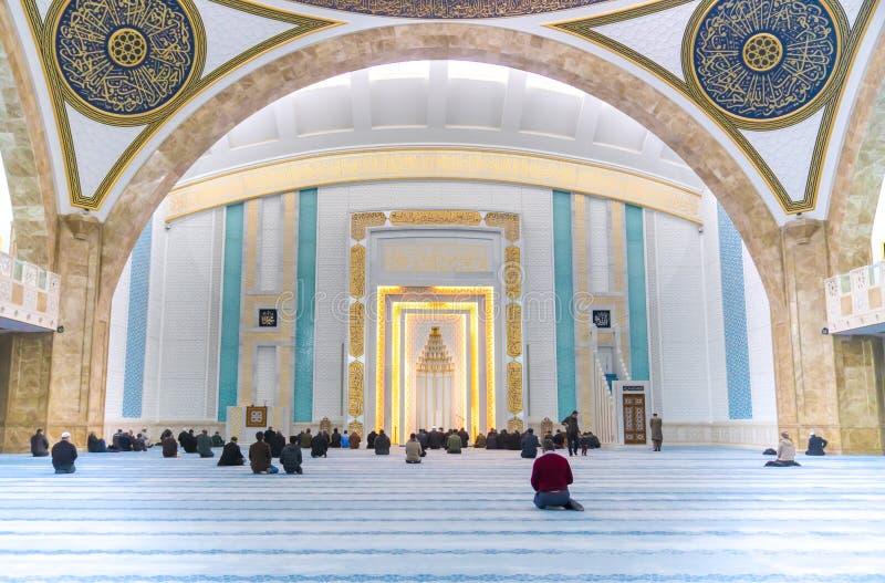 Ankara, Turcja, Styczeń/- 27 2019: Muzułmanie one modlą się w Ahmet Hamdi Akseki meczecie, wnętrze meczet zdjęcie stock