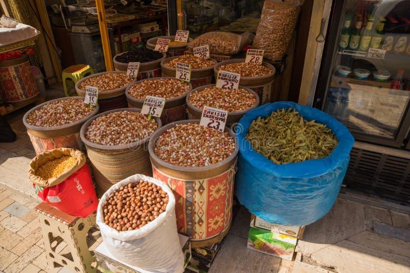 Ankara Turkiet, basar: Sale av kryddor och muttrar Gammal traditionell marknadsgata fotografering för bildbyråer