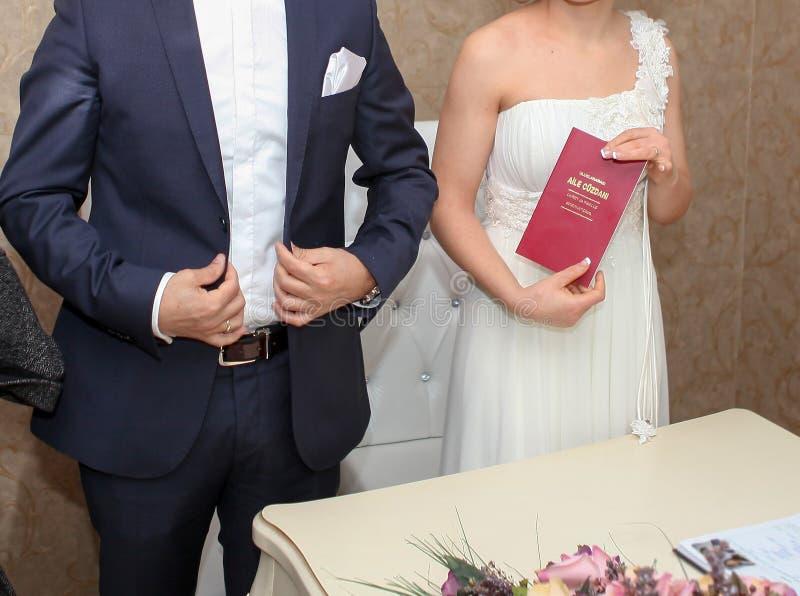 Ankara/Turkiet December 12 2014: Bruden visar att familjregistreringen Aile Cuzdani i turkiskt precis efter f?r det fr?n f?rbinde royaltyfri foto