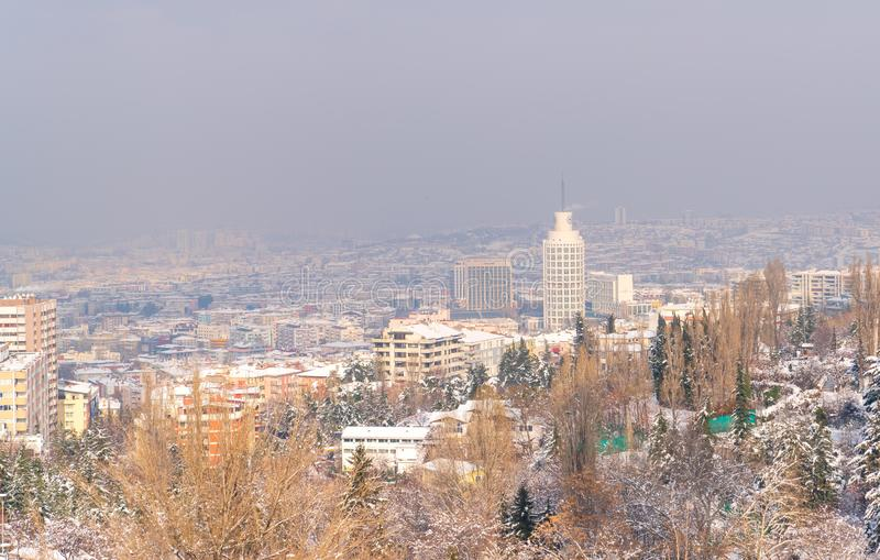 Ankara/Turkiet-December 30 2018 - Ankara sikt med Sheraton Hotel till och med botanisk trädgård i vintertid arkivfoton