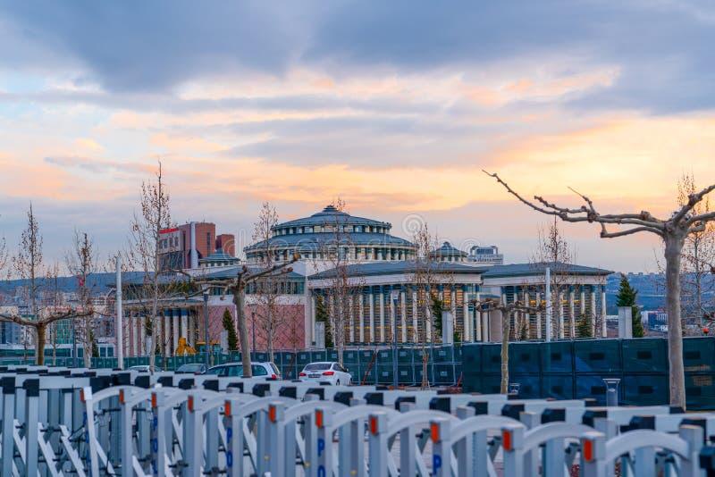 Ankara/Turkiet - 29 februari 2020: Nation Library Millet Kutuphanesi i den turkiska byggnaden på kvällen Det öppnades nyligen arkivfoto