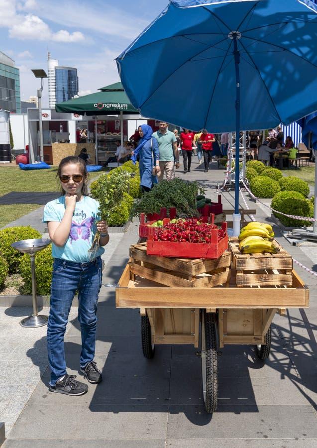 Ankara/Turkiet-Juni 23 2019: Mobilen shoppar av grönsakshandlare i gatan arkivfoto