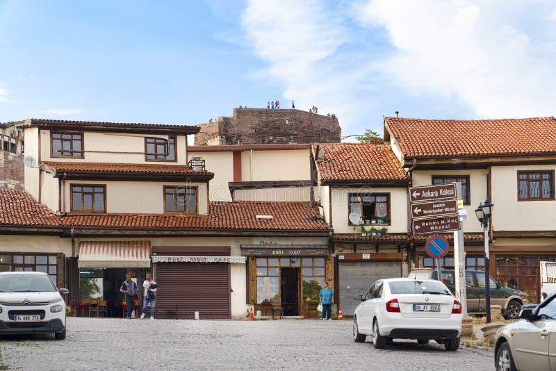 Ankara/Turkiet-Juni 16 2019: Traditionell turkisk hus och Ankara slott i bakgrund royaltyfria bilder