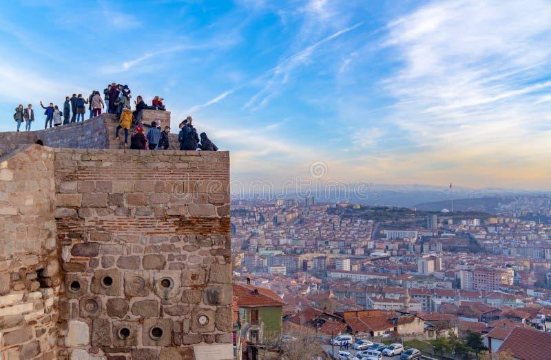 Ankara/Turkije-Februari 02 2019: Cityscape mening van het Kasteel van Ankara in de zonsondergang en de mensen die op de bovenkant stock foto's