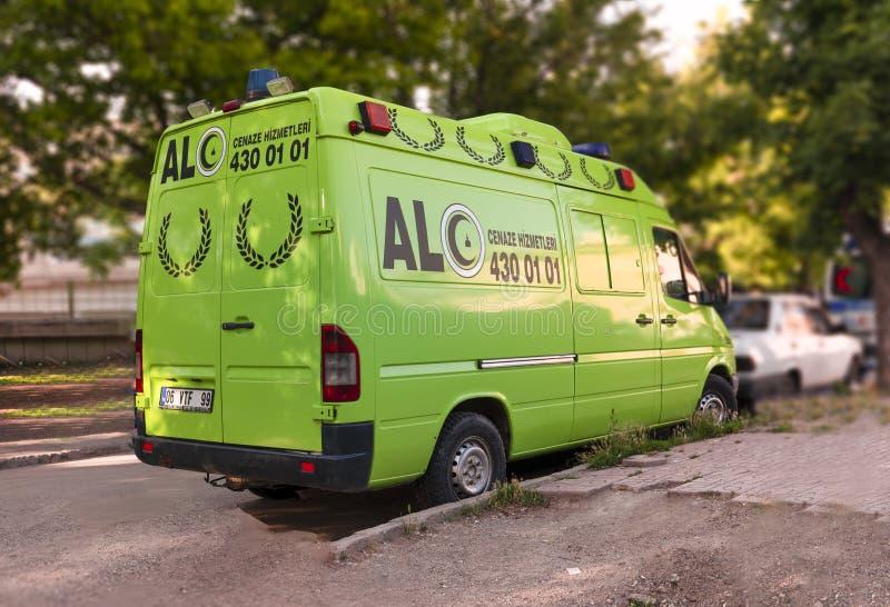 Ankara/Turkije-Juni 23 2019: Groene lijkwagen begrafenisdiebus op de manier wordt geparkeerd stock afbeelding