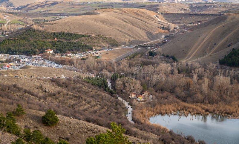 Ankara/Turkije-maart 2020: Aanzicht op de ingang van het meer van Eymir en het parkeerterrein Ankara, Turkije royalty-vrije stock fotografie