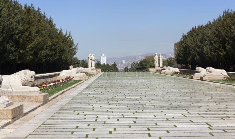 ANKARA, TURKIJE - MEI 05, 2015: Foto van het leeuwspoor aan de ingang aan het mausoleum van Ataturk stock foto's