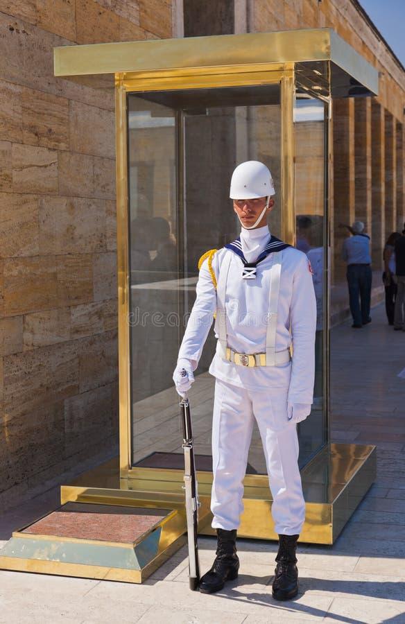 ANKARA, TURQUÍA - AVGUST 30: Guardia en el mausoleo de Ataturk en Avgust imagen de archivo