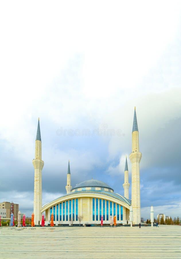 Ankara/Turquía - 27 de enero de 2019: Ahmet Hamdi Akseki Mosque en un diverso diseño a diferencia de la arquitectura clásica de l imagen de archivo