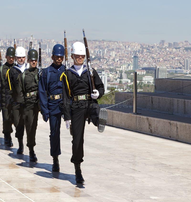 ANKARA, TURQUÍA - 5 DE MAYO DE 2015: Foto del cambio del guardia del honor en el mausoleo de Ataturk foto de archivo libre de regalías