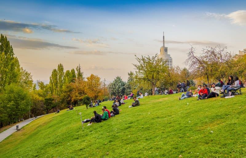 Ankara/Turquía - 13 de octubre de 2018: Paisaje de Ankara con el parque de Segmenler en el cual la gente goza del día y de Sherat fotos de archivo libres de regalías