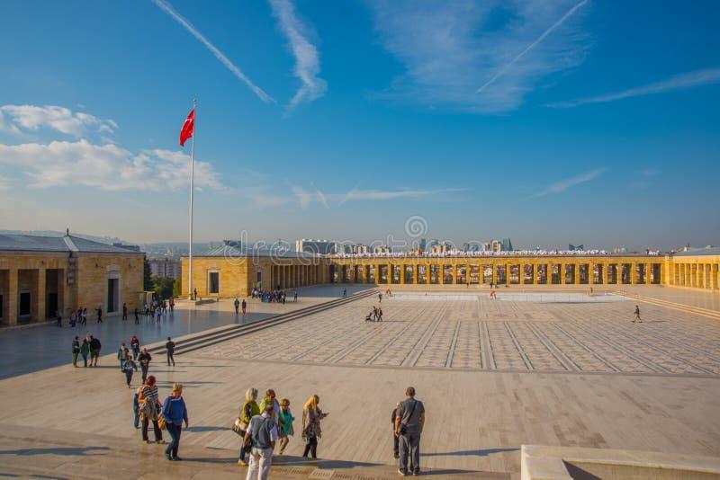 Ankara, Turquía: El cuadrado delante del mausoleo y de la bandera turca Anitkabir es el mausoleo del fundador de turco imagen de archivo