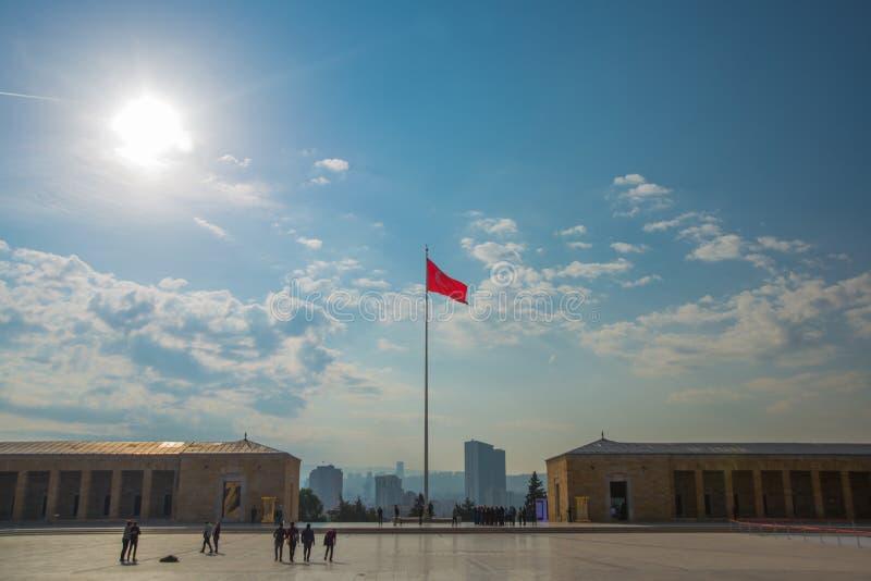 Ankara, Turquía: El cuadrado delante del mausoleo y de la bandera turca Anitkabir es el mausoleo del fundador de turco imagenes de archivo
