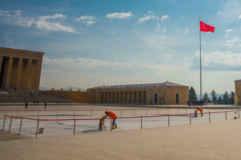 Ankara, Turquía: El cuadrado delante del mausoleo y de la bandera turca Anitkabir es el mausoleo del fundador de turco foto de archivo