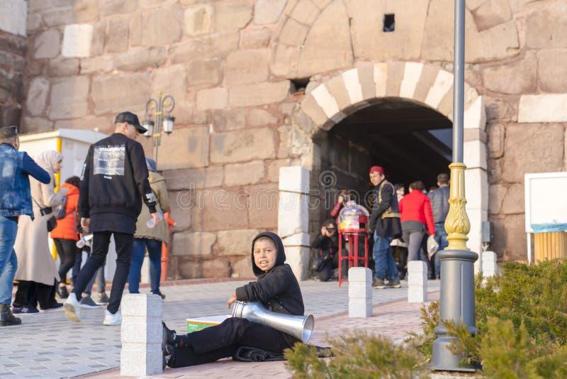 Ankara/Turquie 2 février 2019 : Le musicien de rue exécute dans l'entrée du château d'Ankara photos libres de droits