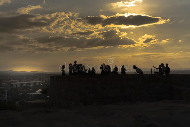 Ankara/Turquie - 6 juillet 2019 : Château d'Ankara dans le coucher du soleil et les personnes appréciant sur le dessus du château photographie stock