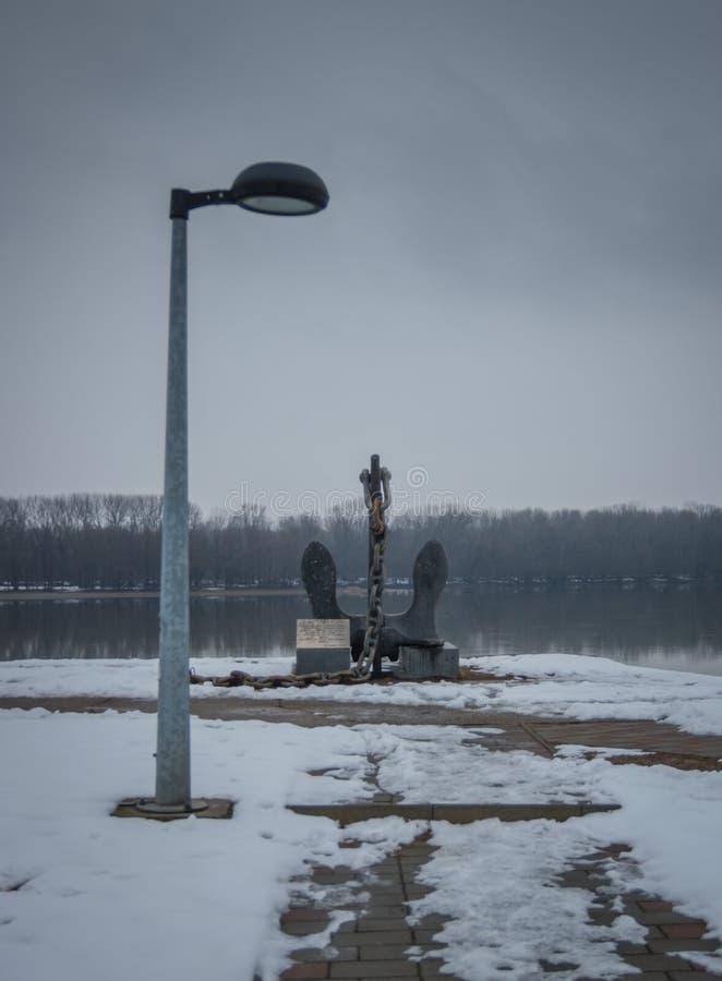 Ankare nära den Dunav floden i vintertid, mörk plats royaltyfri bild