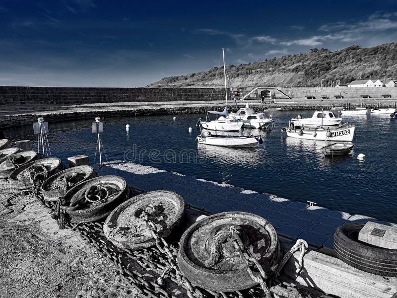 Ankaren längs hamnplatsen på Lyme Regis With Tones royaltyfri foto