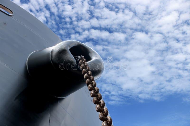 Ankarkedja på det framåt eller främre skeppet royaltyfria foton