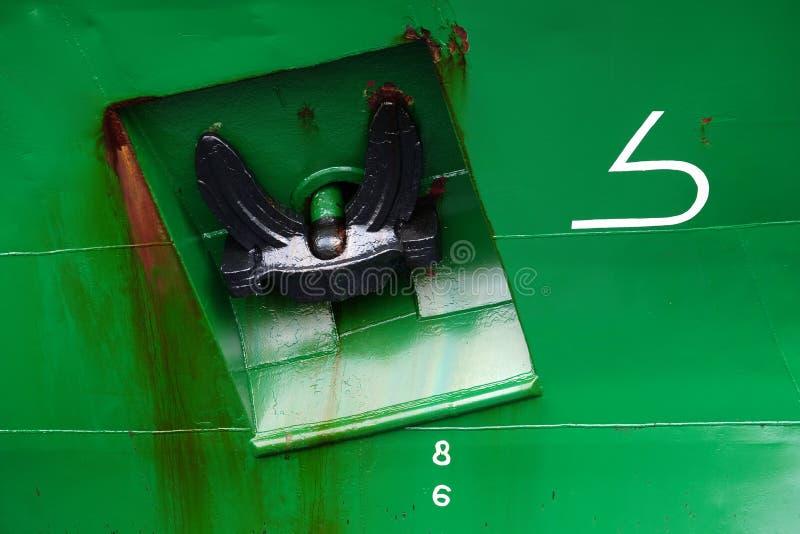 Anker auf grünem Schiff lizenzfreies stockfoto