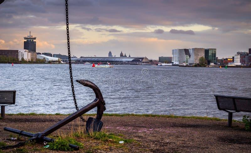 Anker auf Kai ` t IJ in Amsterdam Nord lizenzfreies stockbild