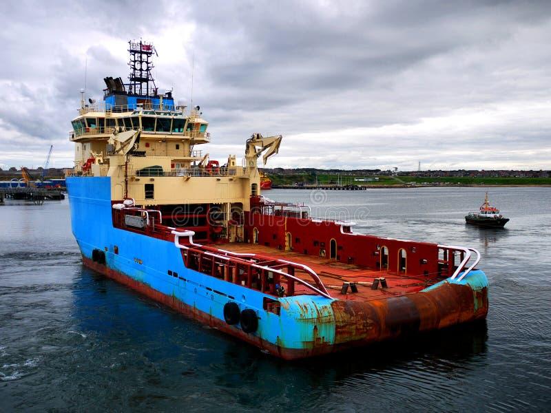 Anker, der Schiff auf Manövern behandelt lizenzfreies stockbild