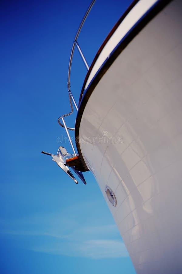 Anker van varende boot Boog van witte varende boot royalty-vrije stock foto's