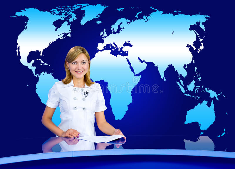 Ankerfrau am Fernsehstudio lizenzfreie stockfotos