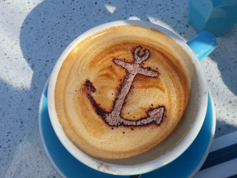 Ankermuster in der Kaffeetasse lizenzfreie stockfotos