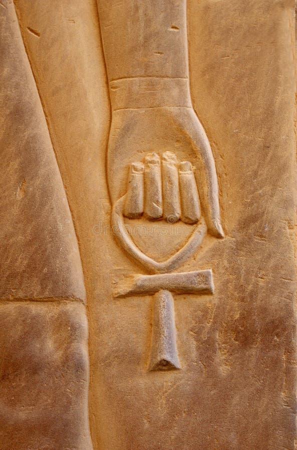 Ankh evigt liv - ett gammalt egyptiskt symbol som snidas i sten arkivbilder