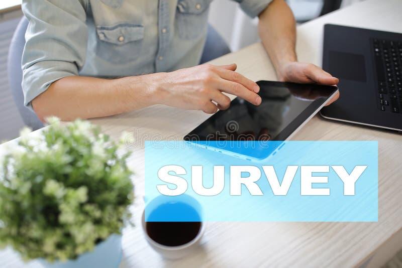 Ankieta tekst na wirtualnym ekranie Informacje zwrotne i klientów testimonials Biznesowy interneta i technologii pojęcie fotografia stock