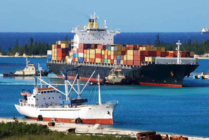 ankommande lastfartyg royaltyfri bild