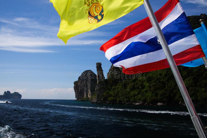 Ankommen auf Tropeninsel Ko Phi Phi mit Fähre von Phuket - schließen Sie oben von thailändischem fahnenschwenkendem vom Boot mit  stockfoto